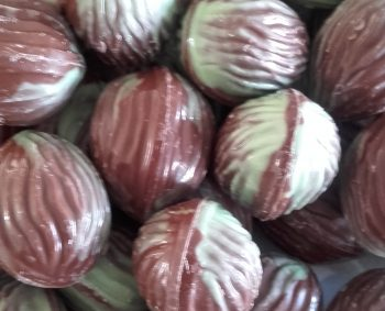 Met praliné gevulde chocolade walnoot. 400 gram € 5,00